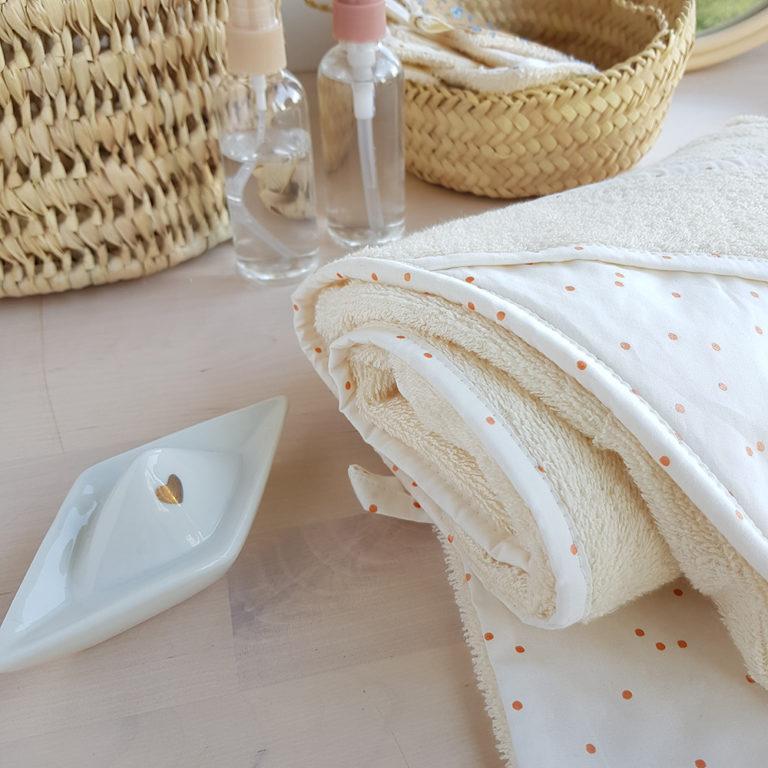 serviettes toilette bapteme naissance blanche blanc bebe fille cape bain eponge bilboquet createur lyon