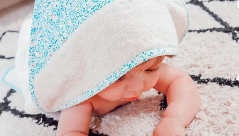 cape bain bebe sortie serviette toilette cadeau naissance bébé lyon eponge cton france francaise made fabrication bilboquet
