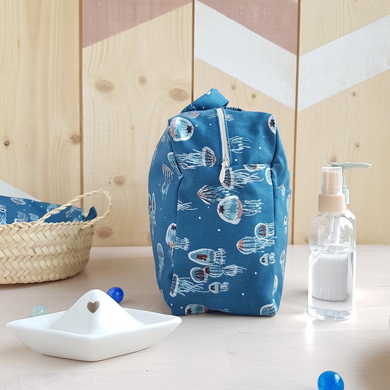 grande trousse toilette bleu bebe cadeau naissance original pratique bebe garcon poignee anse familiale voyage sac langer