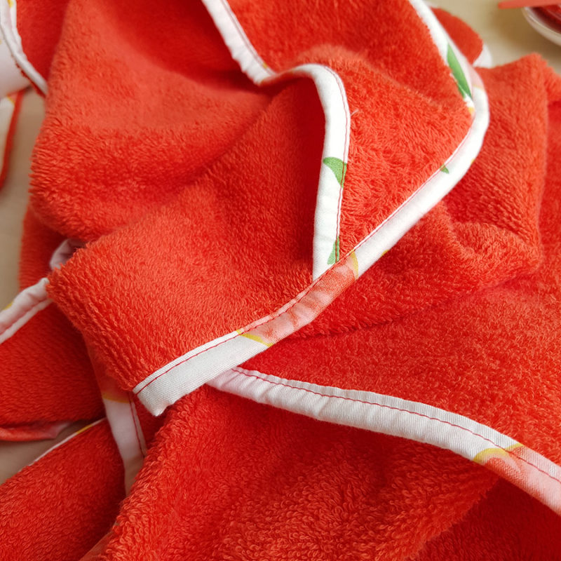 cape de bain sortie serviette pamplemousse corail orange rouge cadeau naissance bebe fille createur made in france lyon bilboquet oekotex parent ecolo