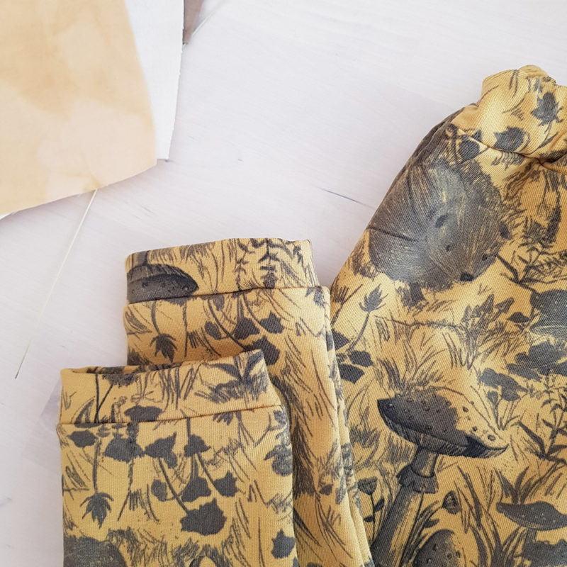 vetement bebe enfant garcon fille petite cadeau naissance made in france fabrication francaise lyon createur mode enfantine bilboquet double gaze coton pantalon jaune champignon oekotex original