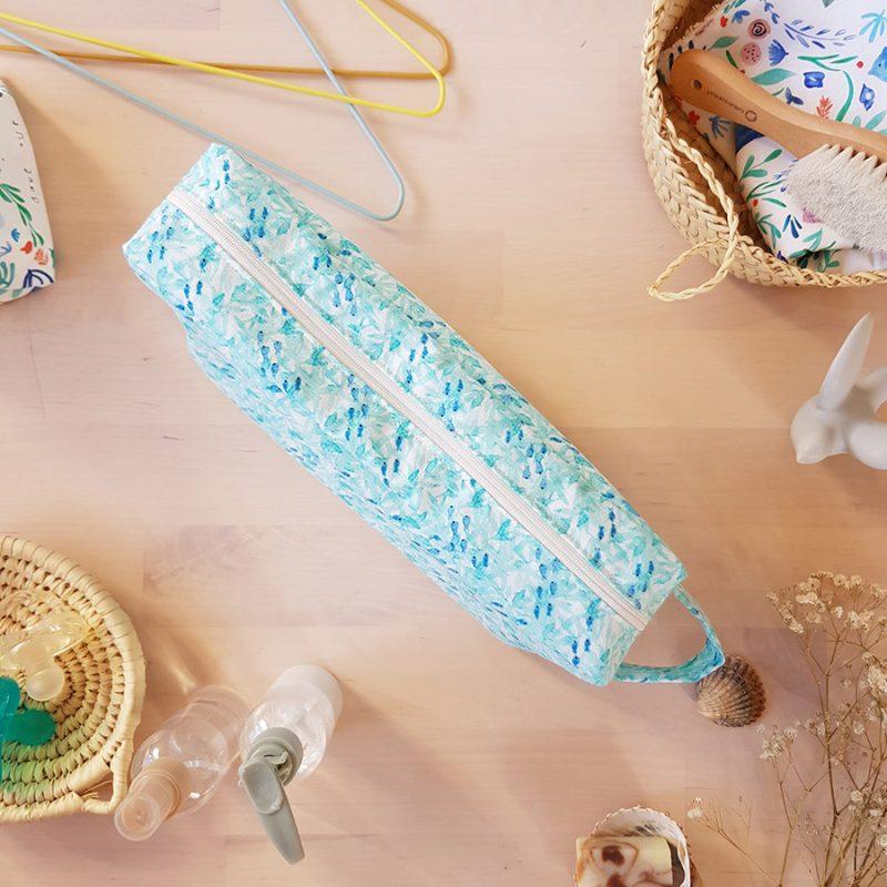 trousse toilette voyage impermeable turquoise poisson bleu cadeau naissance maman bebe fille garcon lyon createur made in france bilboquet kids