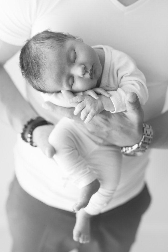 photographe photo naissance nouveau ne famille portrait bebe lyon aurore leteve noir blanc