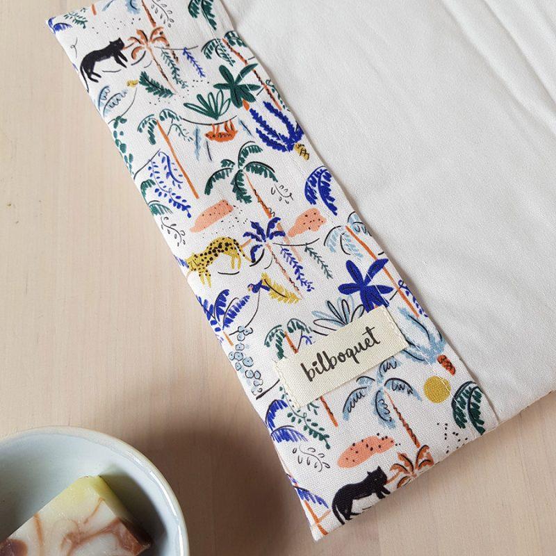 protege carnet de sante bebe fille garcon housse tissu elastique cadeau naissance originale made in france fabrication francaise lyon bilboquet kids bilboquetkids createur petite marque beige animaux bio ooekotex bleu vert