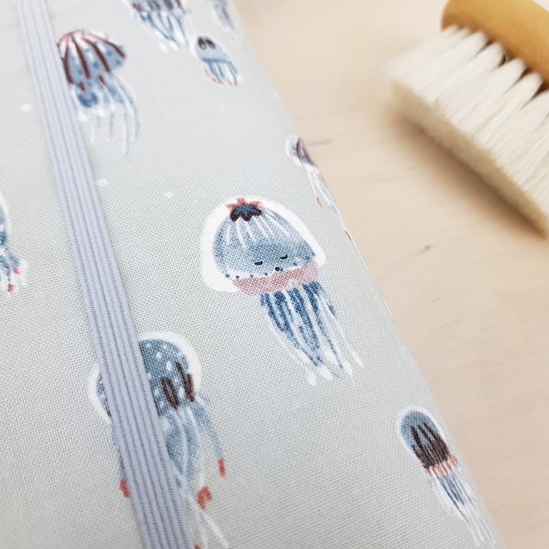 protege carnet sante accessoire toilette bebe couche gris anumaux marins motif mer garcon cadeau naissance idee liste jeunes parents ecolos oekotex eponge petit bilboquet kids lyon fabrication francaise pieuvre meduse octopus